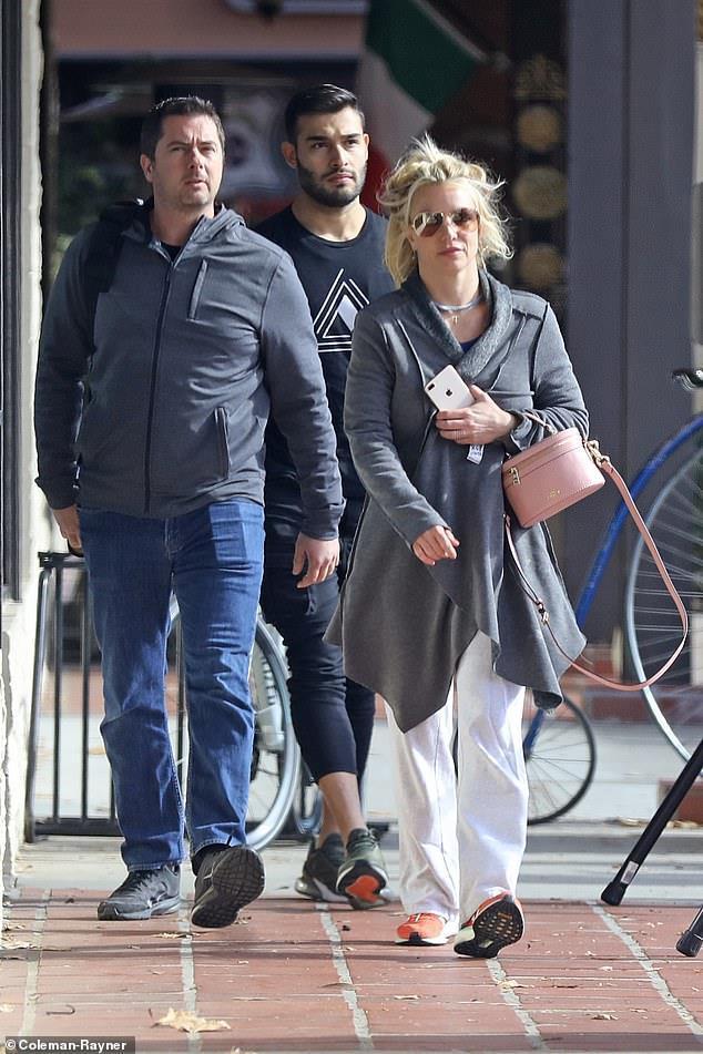 Britney Spears bị chê ăn mặc thảm hoạ khi ở bên tình trẻ kém 13 tuổi-4