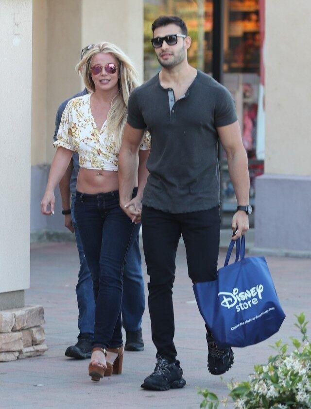 Britney Spears bị chê ăn mặc thảm hoạ khi ở bên tình trẻ kém 13 tuổi-6