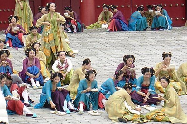 Diễn viên quần chúng ở Trung Quốc bị ngược đãi, coi rẻ như thế nào?-3