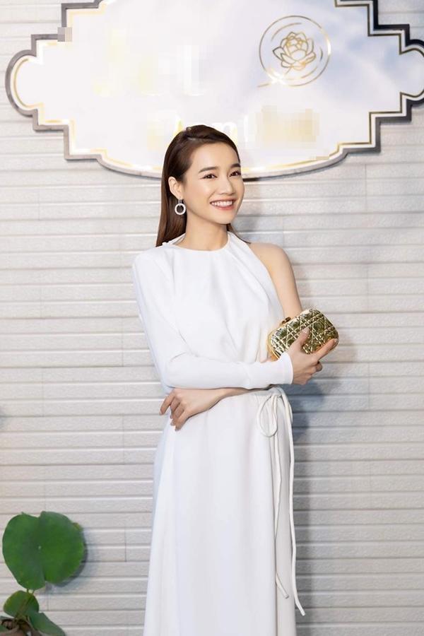 VZN News: Cứ tưởng Nhã Phương ăn mặc kín đáo, ngờ đâu cô ấy lại khoe sườn, lộ ngực vô cùng táo bạo-2