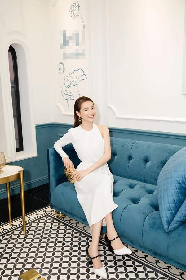VZN News: Cứ tưởng Nhã Phương ăn mặc kín đáo, ngờ đâu cô ấy lại khoe sườn, lộ ngực vô cùng táo bạo-3