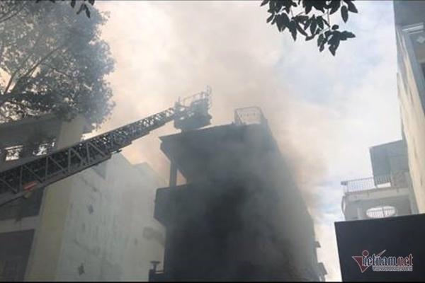 Cháy nghi ngút nhà 4 tầng giữa phố thời trang sầm uất bậc nhất Sài Gòn-2