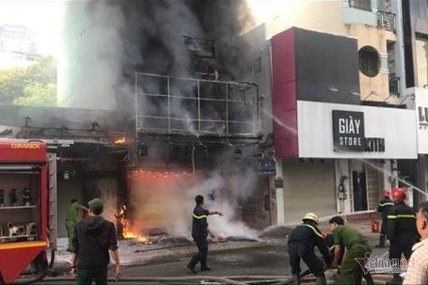 Cháy nghi ngút nhà 4 tầng giữa phố thời trang sầm uất bậc nhất Sài Gòn-1