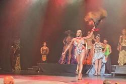 Hoa hậu chuyển giới Quốc tế xuất hiện với đầu trọc, biểu diễn phản cảm