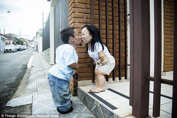 Kết hôn sau 8 năm yêu, cặp đôi vợ chồng 90cm khó sinh con bây giờ ra sao?-4