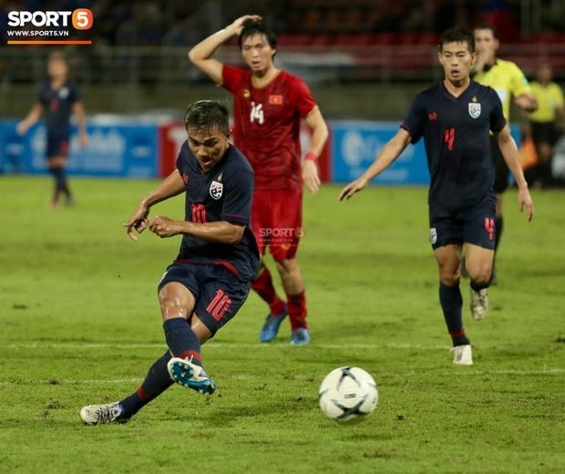 Tuấn Anh biểu cảm lạ khi Chanathip của Thái Lan có cơ hội ghi bàn khiến fans bật cười-2