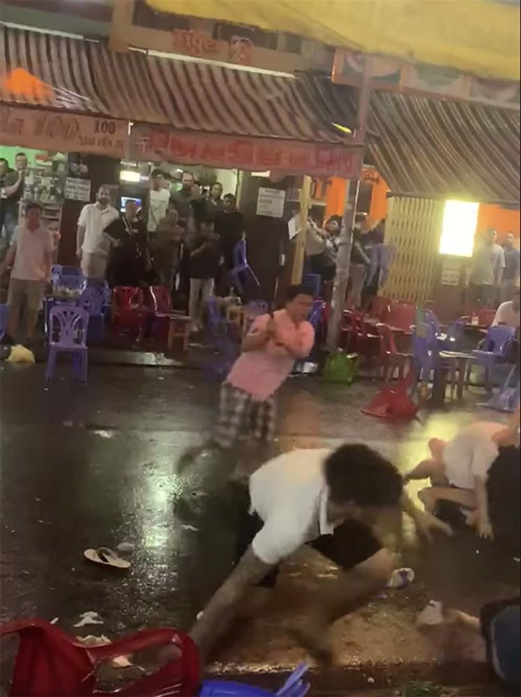 Nữ nhân viên cầm mã tấu chém đối thủ vụ hỗn chiến ở phố tây Sài Gòn-2