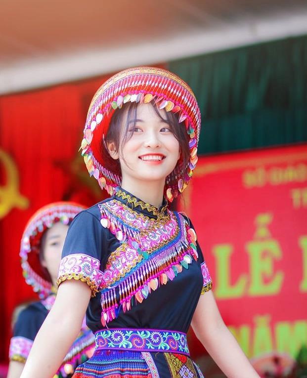 Nữ sinh Thái Nguyên bỗng nổi trên mạng sau bài múa ở lễ khai giảng-1