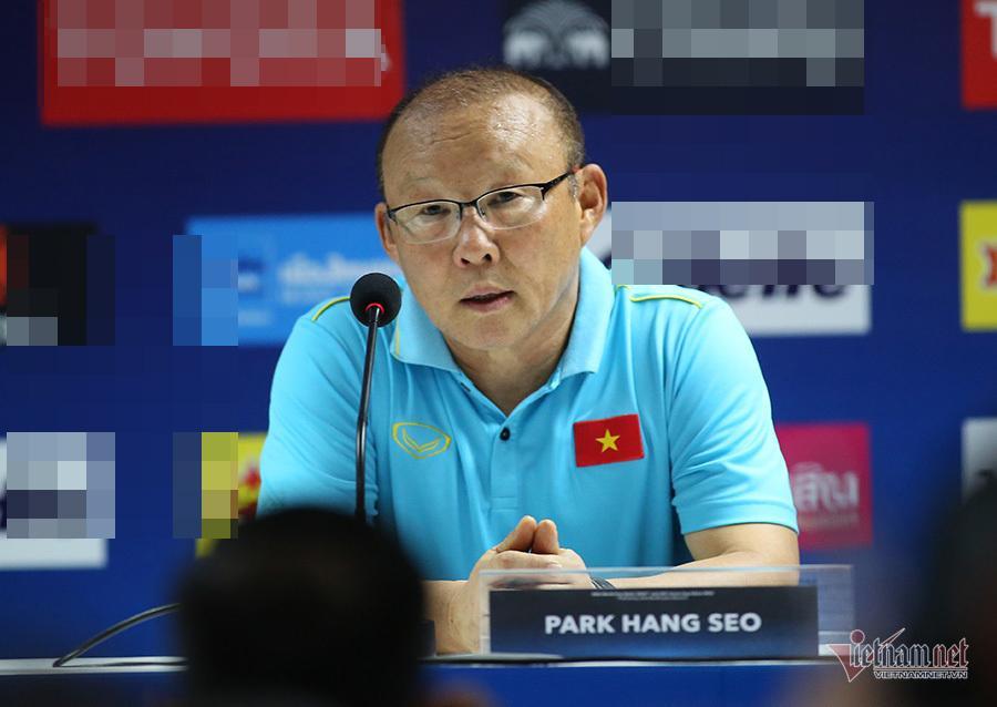 Ở ngoài đường biên, HLV Park Hang Seo bất ngờ nhận thẻ vàng vì lý do đặc biệt-3