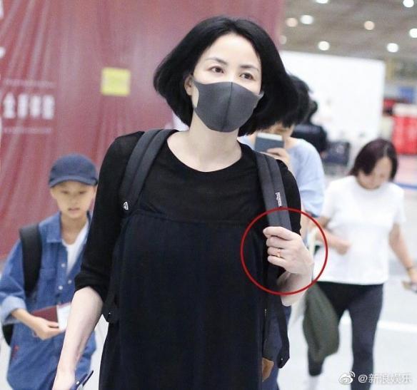 VZN News: Vương Phi đeo nhẫn lạ làm rộ tin chuẩn bị kết hôn với Tạ Đình Phong-2