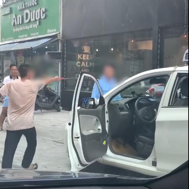 Clip: Bị bảo vệ cấm không cho đỗ xe trước cửa quán, tài xế taxi nổi đóa rút gậy 3 khúc đuổi đánh-2