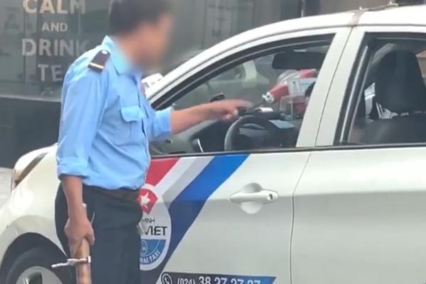 Clip: Bị bảo vệ cấm không cho đỗ xe trước cửa quán, tài xế taxi nổi đóa rút gậy 3 khúc đuổi đánh-1