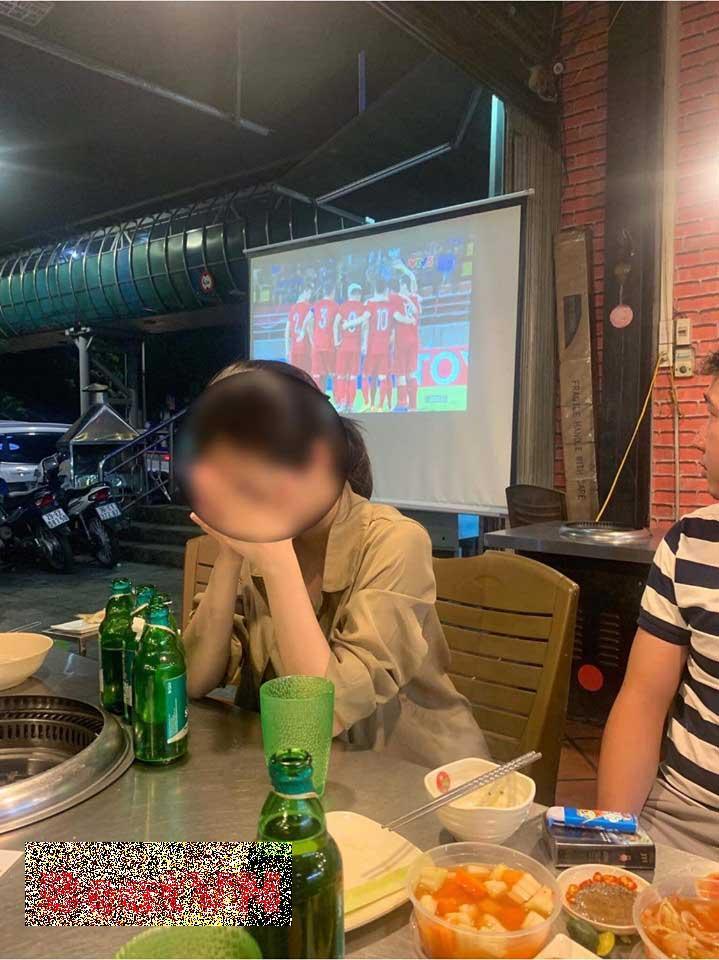Cay đắng đi xem bóng đá với bạn, cô gái phát hiện người yêu đang nắm tay người khác trên tivi, vui cuồng nhiệt-2
