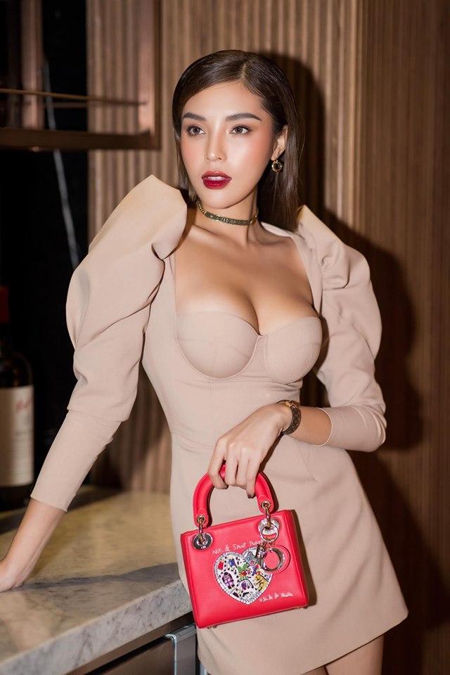 Kỳ Duyên kết hợp các phụ kiện đắt tiền để nâng tầm bộ váy