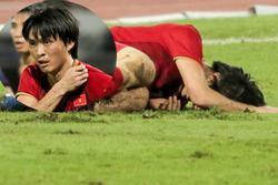 Khoảnh khắc Tuấn Anh nằm đau đớn trên sân trong trận gặp Thái Lan làm fans Việt xót xa