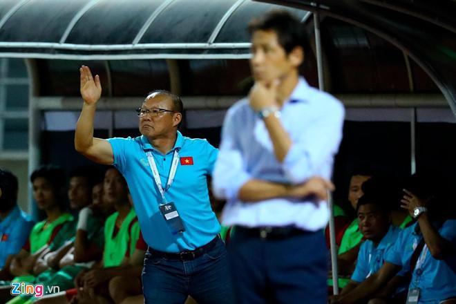 Ảnh chế con nào cha nấy của cầu thủ và bố Park sau trận gặp Thái Lan-2