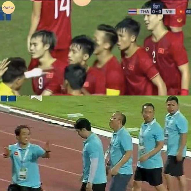 Ảnh chế con nào cha nấy của cầu thủ và bố Park sau trận gặp Thái Lan-1
