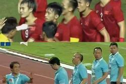 Ảnh chế 'con nào cha nấy' của cầu thủ và bố Park sau trận gặp Thái Lan