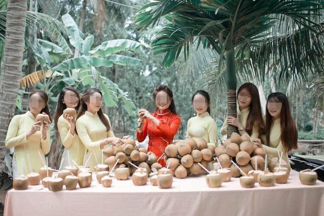 Thử thách đáng sợ: Cưới vợ Bến Tre, chú rể và đoàn bê tráp phải uống hết 100 quả dừa mới được vào nhà gái nói chuyện-1
