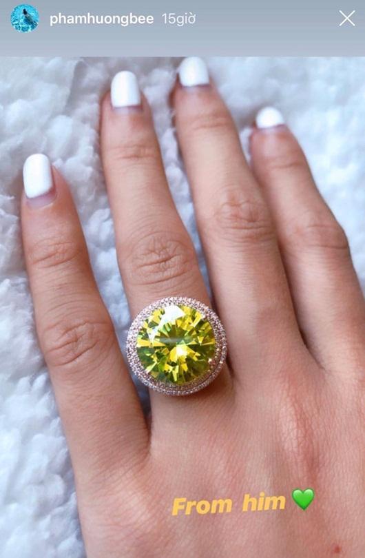 Vừa công khai ảnh khóa môi bạn trai, Phạm Hương lại khoe được tặng nhẫn kim cương tiền tỉ-2