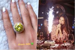 Vừa công khai ảnh khóa môi bạn trai, Phạm Hương lại khoe được tặng nhẫn kim cương tiền tỉ
