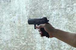 Vợ chở sát thủ đến quán nhậu bắn chồng