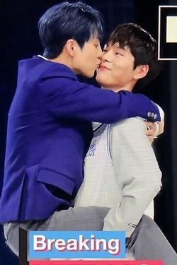 Những lần nam thần Kpop không màng hình tượng, ôm hôn nhau thắm thiết đến nỗi non-fan phải thắc mắc về giới tính thật
