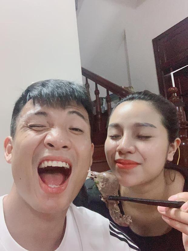 Trở về từ Thái Lan, Bùi Tiến Dũng mua bộ mỹ phẩm đắt đỏ tặng bà xã nhưng mẹ vợ vào phản ứng lạ-3