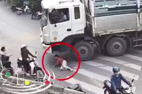 Clip: Xe tải đang vào cua ở ngã 3 đường, một người phụ nữ tự nhiên lao ra nằm dưới bánh xe-1