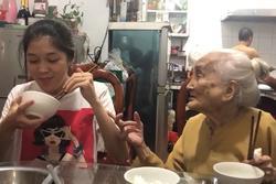 Bà ngoại 94 tuổi hát 'bài ca lấy chồng đi' nhắc cháu gái trong bữa ăn