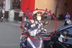 Clip: Ninja lead thách thức tài xế ô tô làm cả đoạn đường ùn tắc kéo dài trên đường phố Hà Nội
