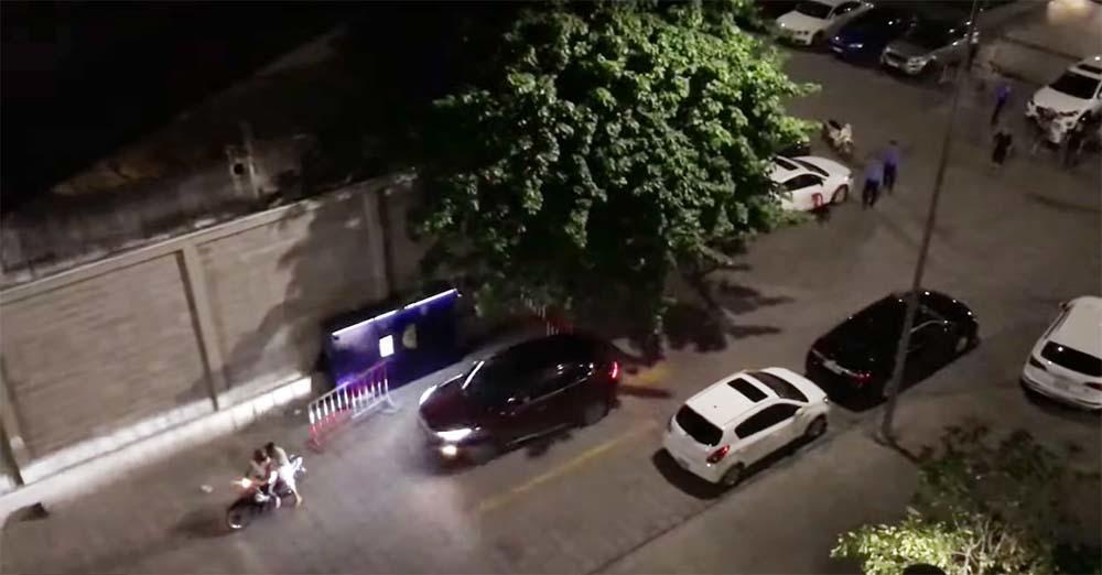VZN News: Bị đâm bằng dao, thanh niên lái ô tô tông thẳng 2 người ở chung cư Sài Gòn-1
