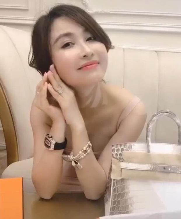 Vợ 2 Minh Nhựa rảnh rỗi đập hộp túi Hermès tiền tỉ, đi bar mà không đến dự đám cưới con riêng của chồng-4