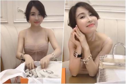 Vợ 2 Minh Nhựa rảnh rỗi đập hộp túi Hermès tiền tỉ, đi bar mà không đến dự đám cưới con riêng của chồng