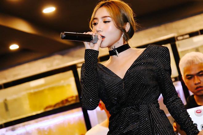 Những sao Việt diễn quán bar bị hành hung, ép tiếp khách-1