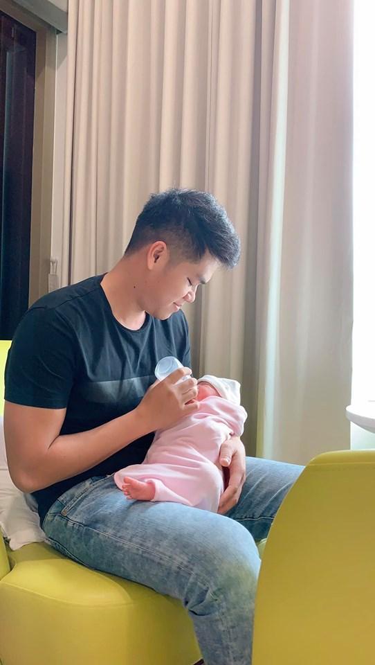 3 ông bố bỉm sữa của showbiz Việt khiến bao người phụ nữ thầm mơ vì chăm con quá khéo-2