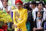 Hoài Linh nhún nhảy khi hát cùng con trai nuôi tại lễ giỗ Tổ nghề-1