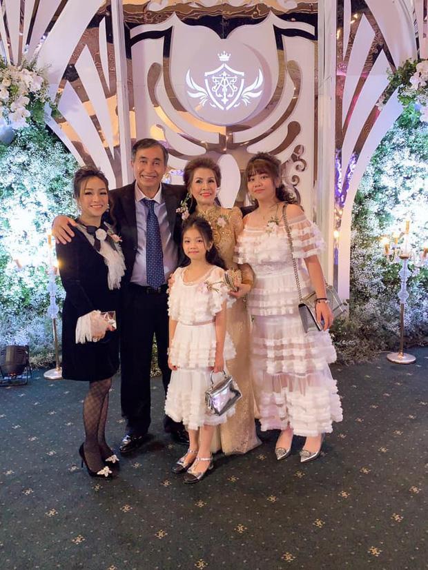 Khoe ảnh sương sương ở đám cưới con gái, vợ cả Minh Nhựa  gây bất ngờ bởi ngoại hình trẻ đẹp-1