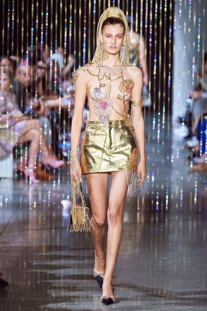 Nữ người mẫu để ngực trần trên sàn diễn thời trang-2