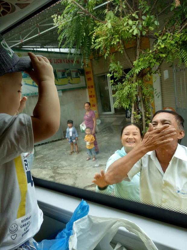VZN News: Xúc động hình ảnh ông bà ngoại bịn rịn chia tay cháu qua cửa kính ôtô làm ai lấy chồng xa đều rơi nước mắt-3