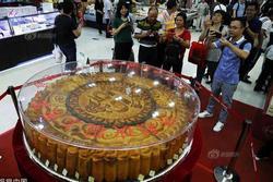Cận cảnh chiếc bánh trung thu 'siêu to khổng lồ' nặng 365kg