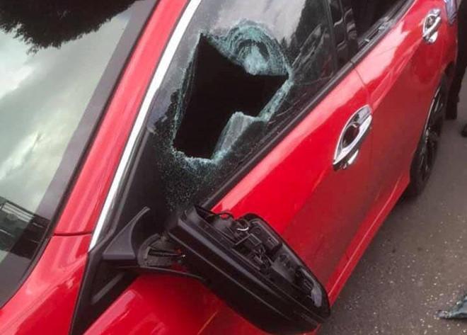 Chỉ vì không cho vượt, một thầy chùa bắt tài xế phải xin lỗi rồi đập vỡ kính xe ô tô của người đi đường-1