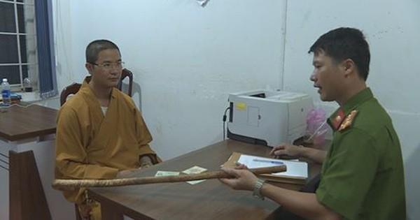 Chỉ vì không cho vượt, một thầy chùa bắt tài xế phải xin lỗi rồi đập vỡ kính xe ô tô của người đi đường-2