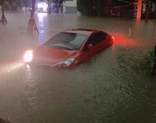 Cộng đồng mạng xót xa chia sẻ hình ảnh TP Thái Nguyên ngập nặng sau trận mưa lớn-4
