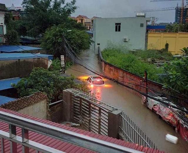 Cộng đồng mạng xót xa chia sẻ hình ảnh TP Thái Nguyên ngập nặng sau trận mưa lớn-11