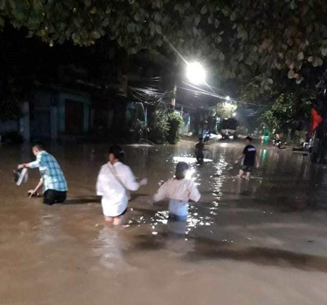 Cộng đồng mạng xót xa chia sẻ hình ảnh TP Thái Nguyên ngập nặng sau trận mưa lớn-12