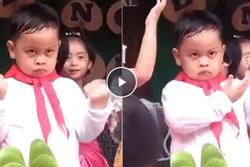 Cậu bé với gương mặt bất biến trong lễ khai giảng làm dân tình cười nghiêng ngả: 'Nhà bao việc cứ bắt đi múa'