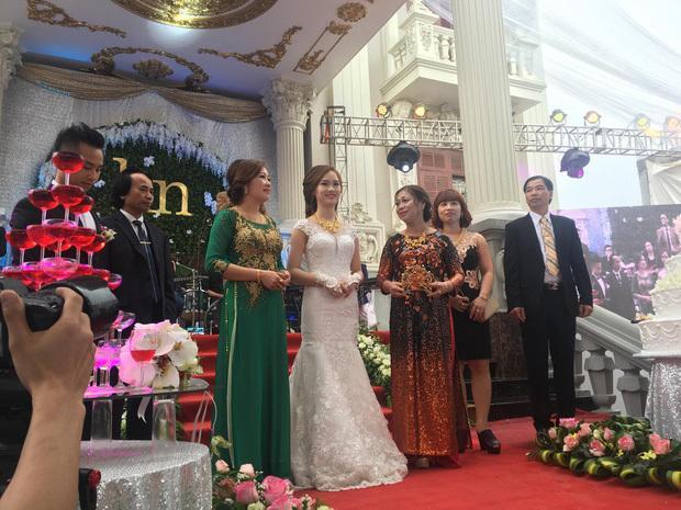 Những đám cưới xa hoa, dát đầy vàng của con đại gia Việt-5