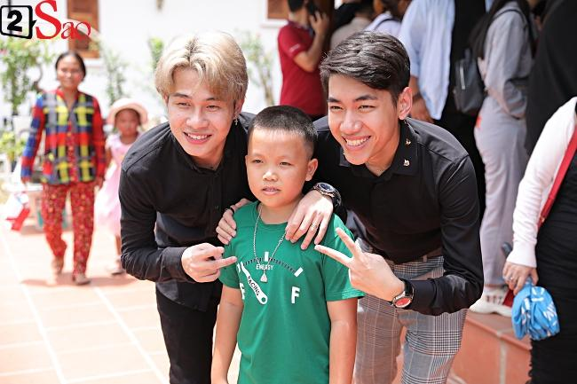 VZN News: Trấn Thành, Hồ Ngọc Hà và dàn sao Việt tấp nập dâng hương tại nhà thờ Tổ của Hoài Linh-3