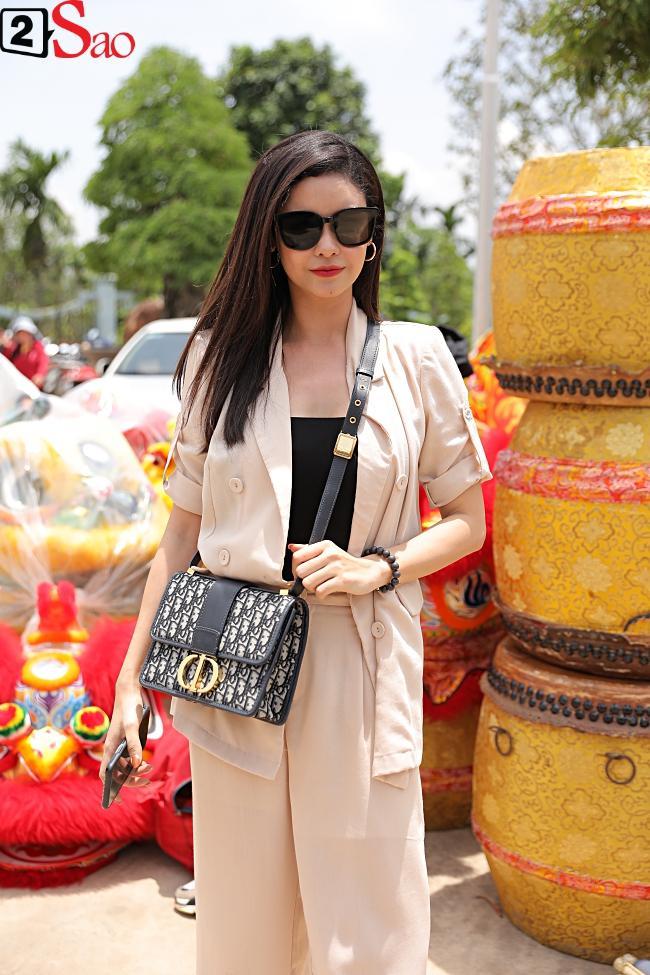 VZN News: Trấn Thành, Hồ Ngọc Hà và dàn sao Việt tấp nập dâng hương tại nhà thờ Tổ của Hoài Linh-17